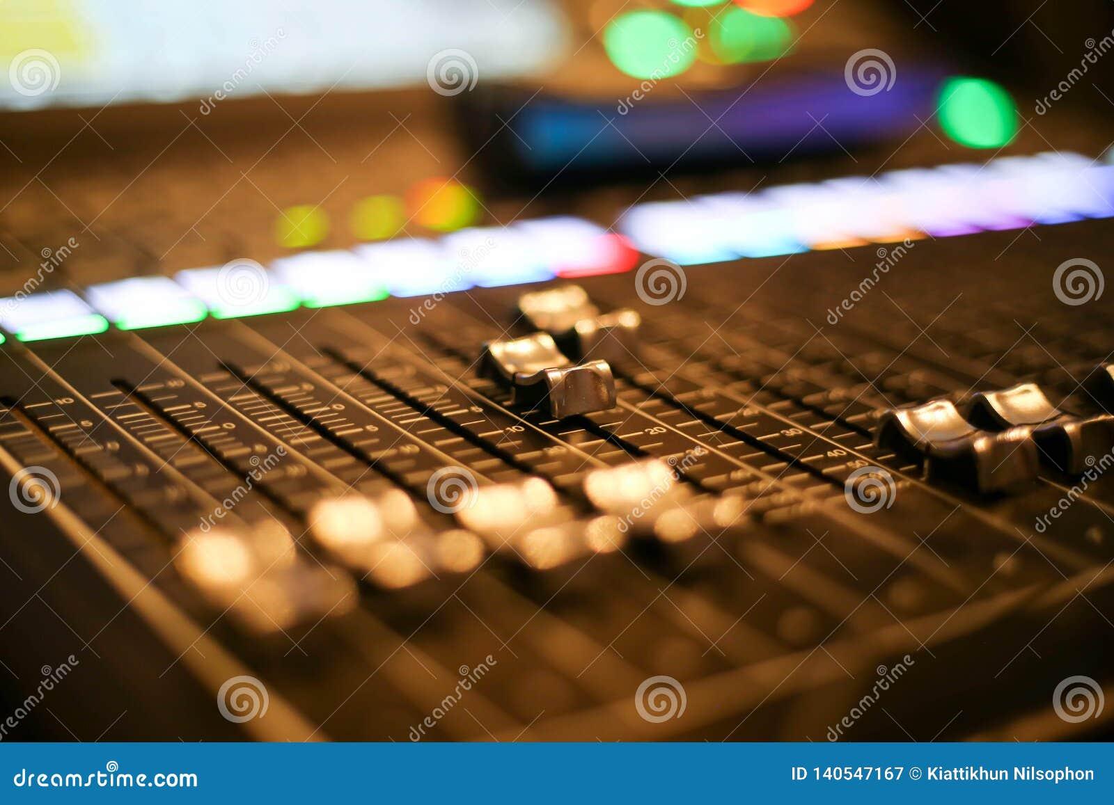 El equipo para el control del mezclador de sonidos en el canal de televisión del estudio, el audio y el interruptor de la producc