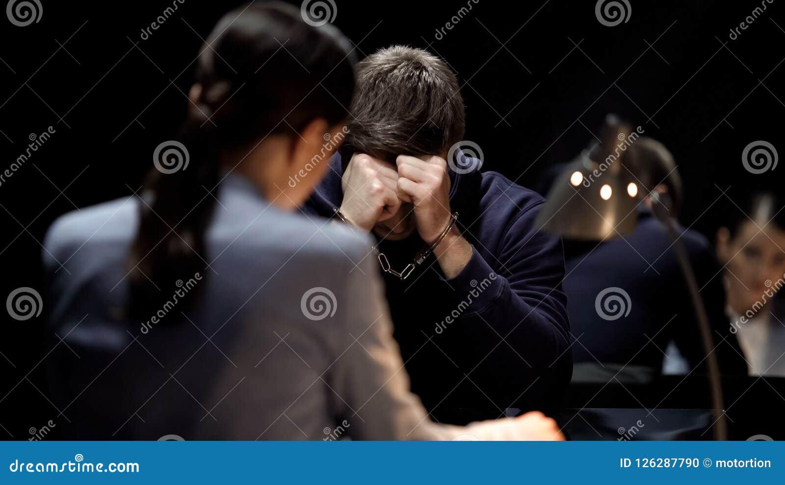 El escuchar sospechado esposado desesperado la carga del procesamiento, castigo