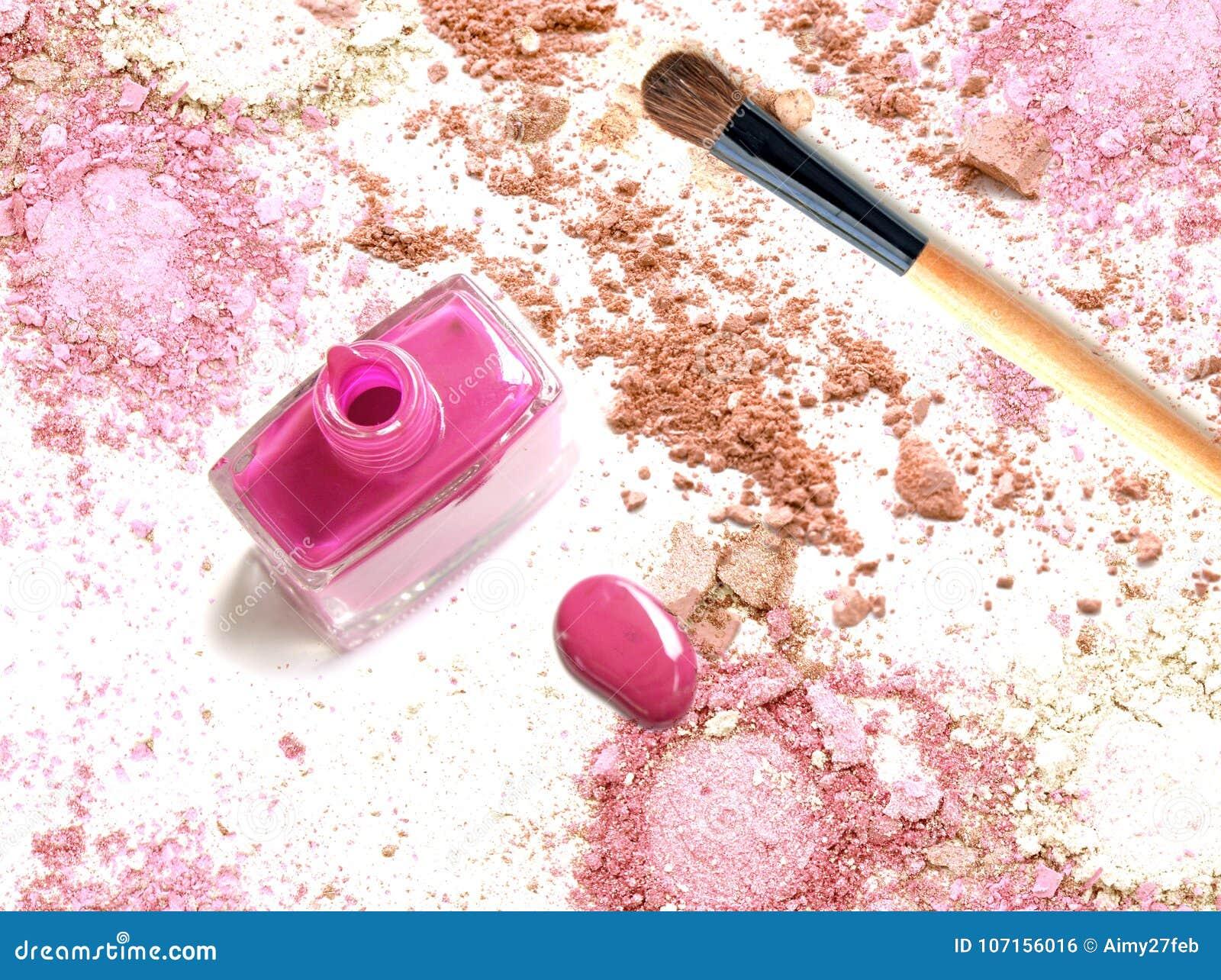 El esmalte de uñas rosado en polvo rosado machacado compone