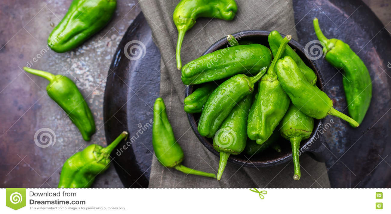 El español mexicano verde crudo sazona el jalapeno con pimienta