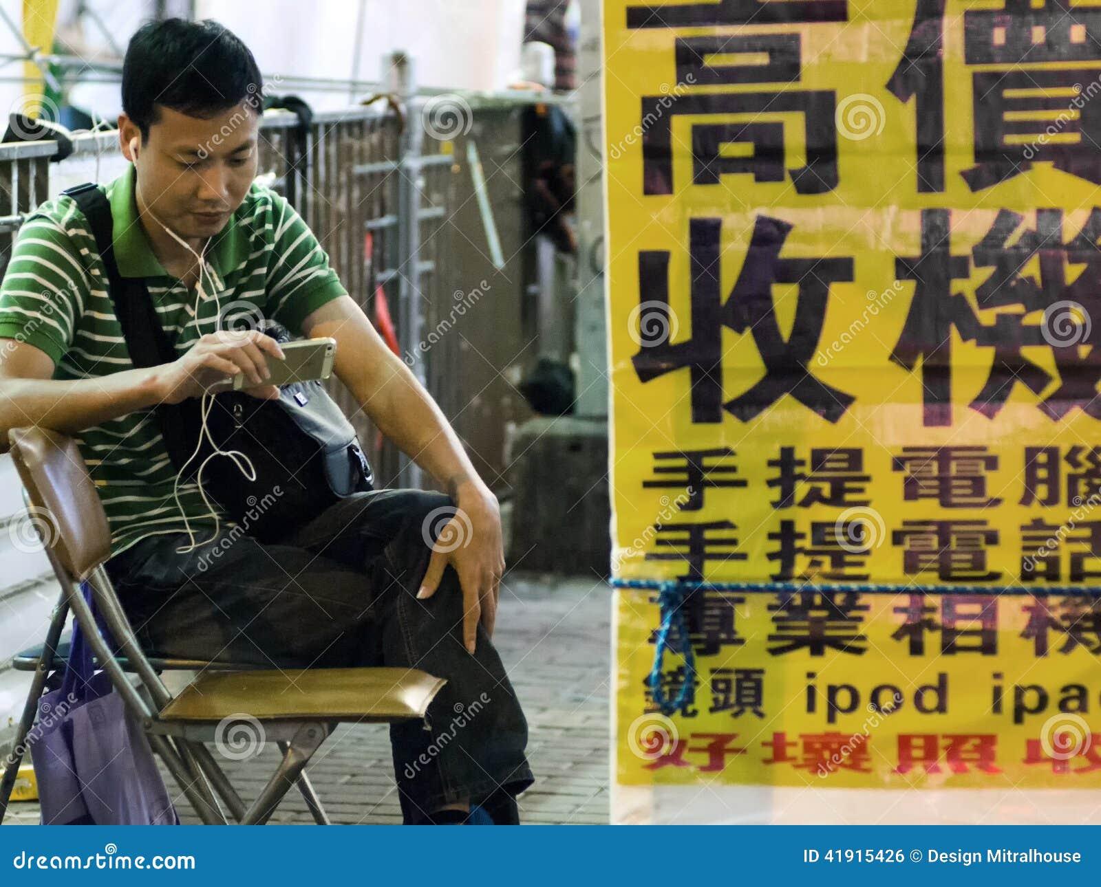 El esperar adulto de Hong Kong en la calle
