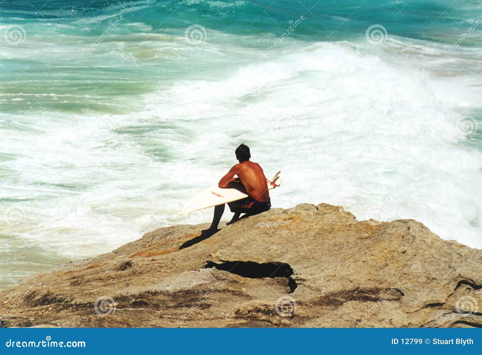 El esperar de la persona que practica surf