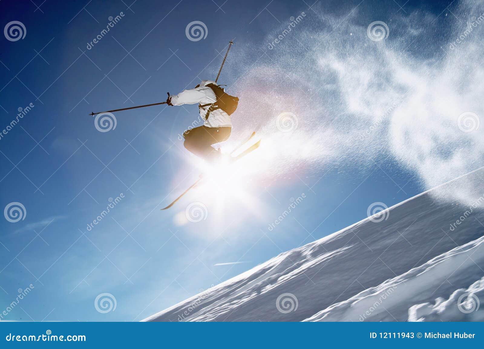 El esquiador salta invierno