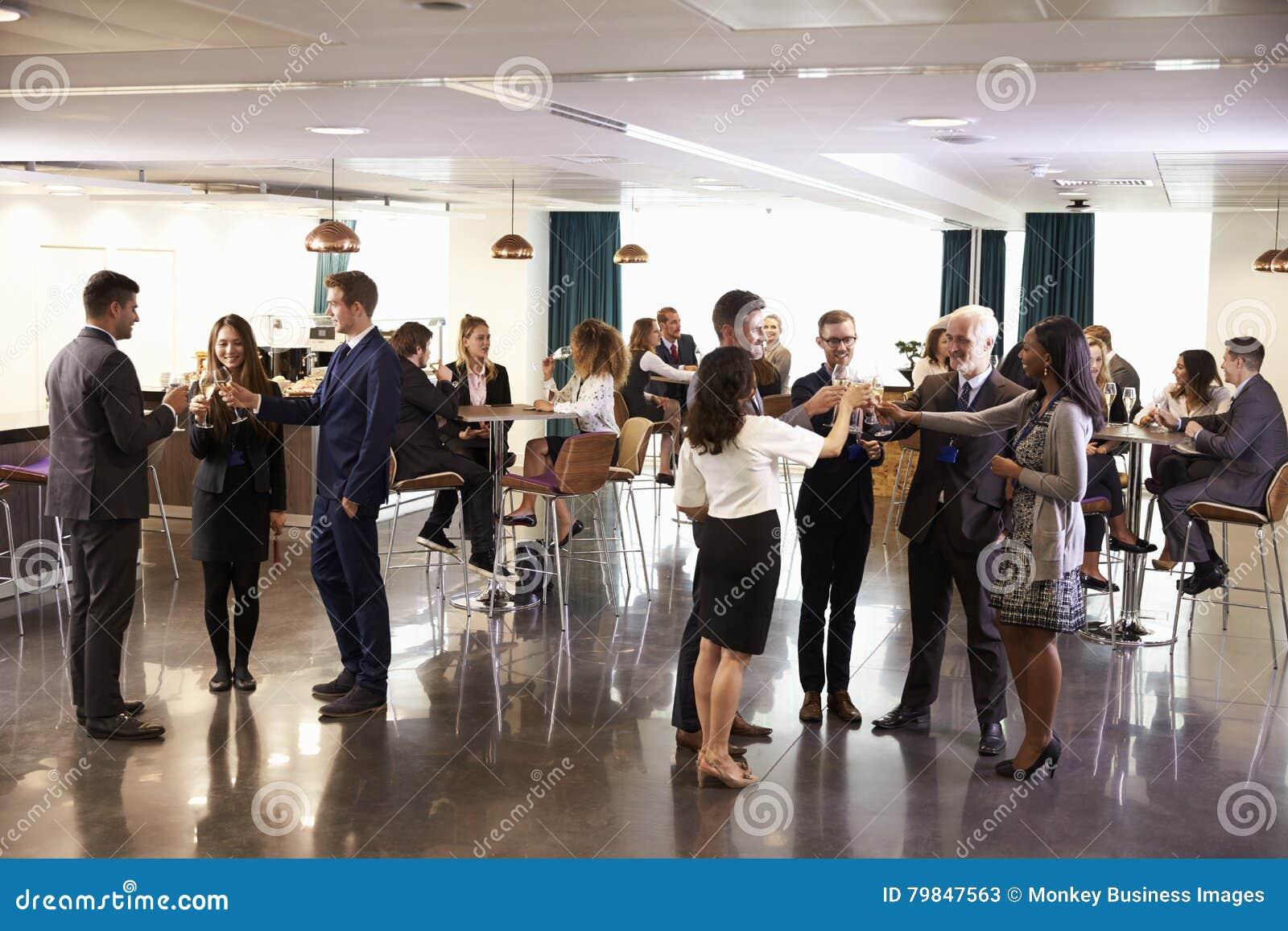 El establecimiento de una red de los delegados en la conferencia bebe a la recepción