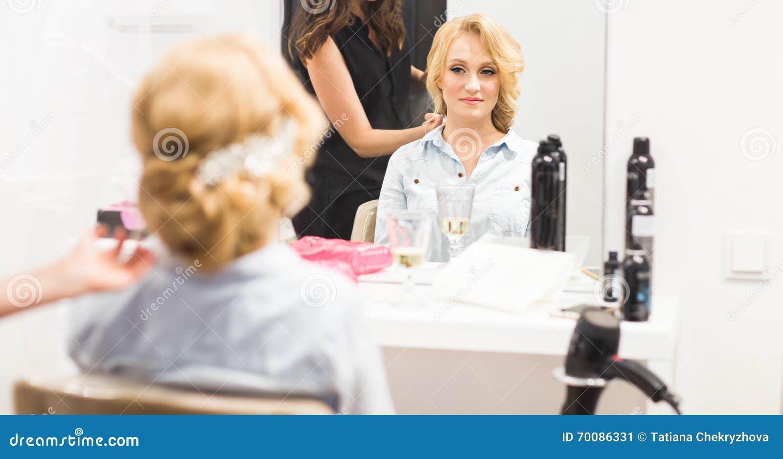 El estilista hace a la novia antes de una boda