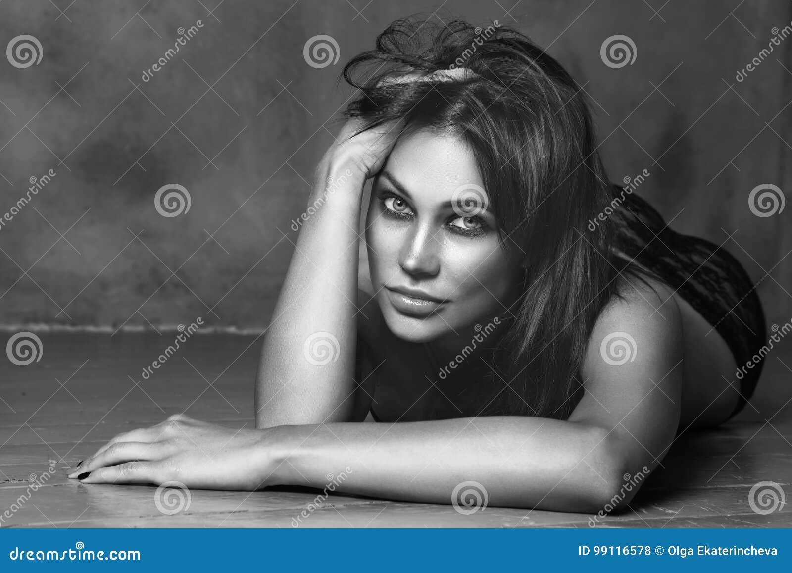 El estilo blanco y negro del vintage tiró de mujer atractiva hermosa