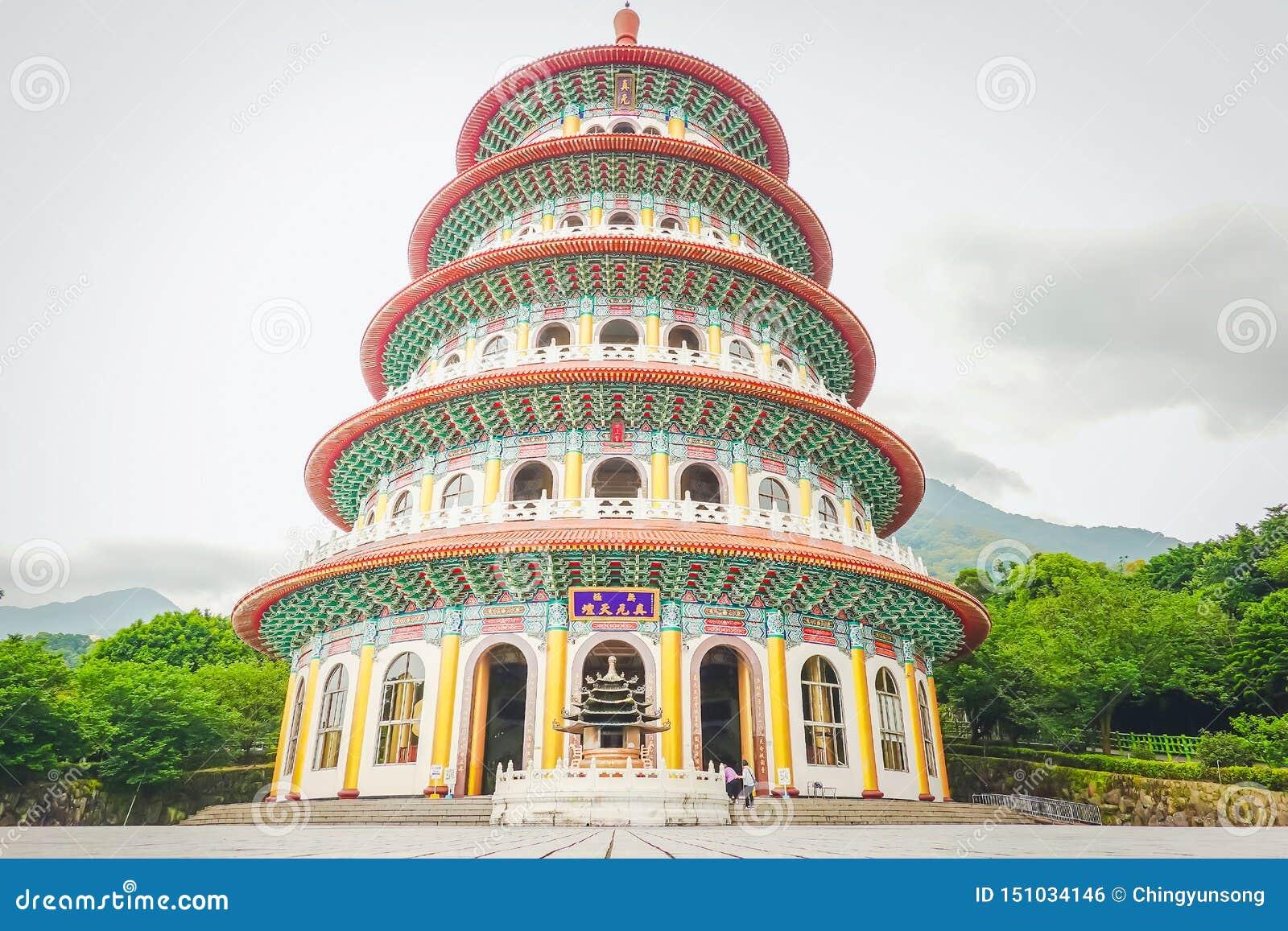 El estilo chino tradicional de la elegancia es templo Tien-Yuan Temple de Wuji Tianyuan en la nueva ciudad de Taipei, Taiwán