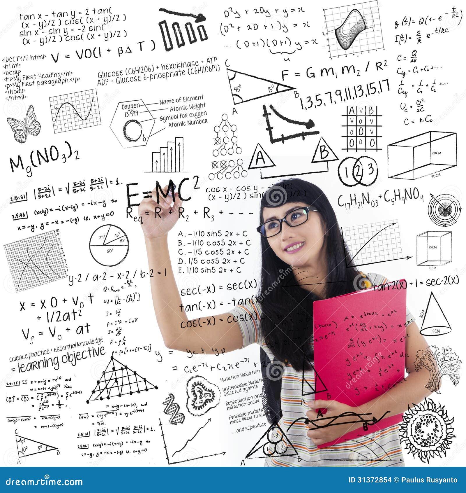 El estudiante asiático escribe en whiteboard