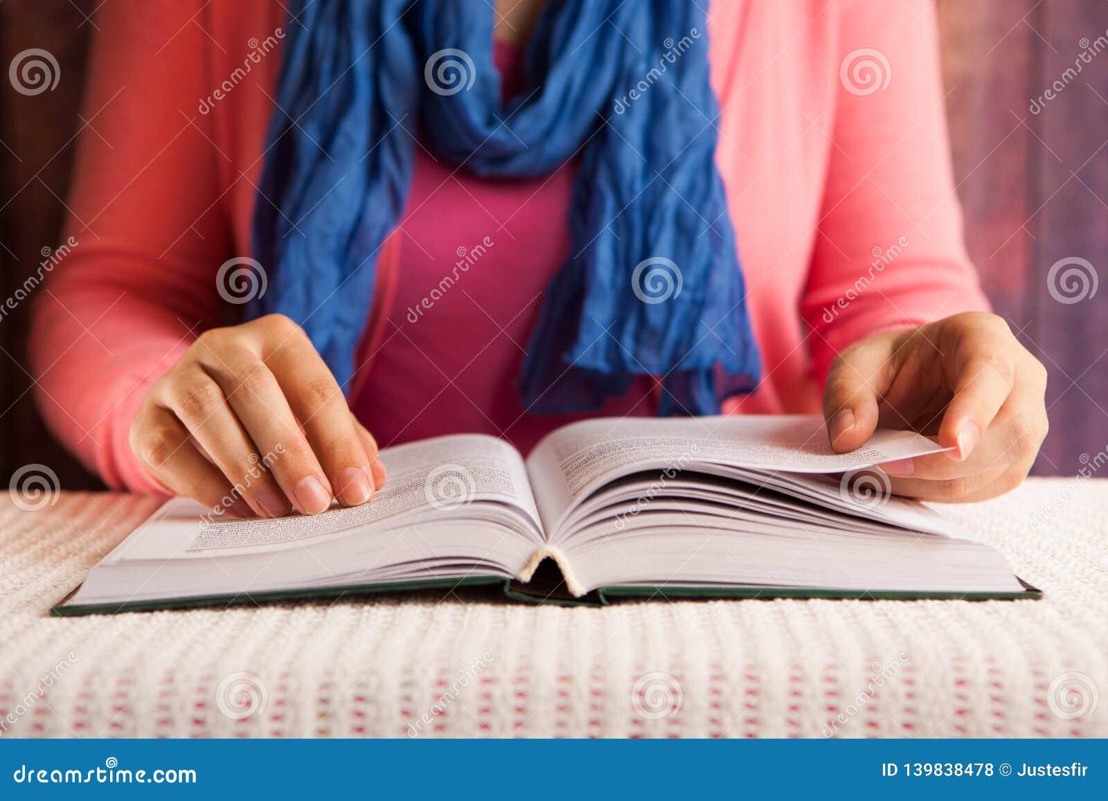 El estudiante de mujer serio leyó concepto del libro, de la religión o de la educación