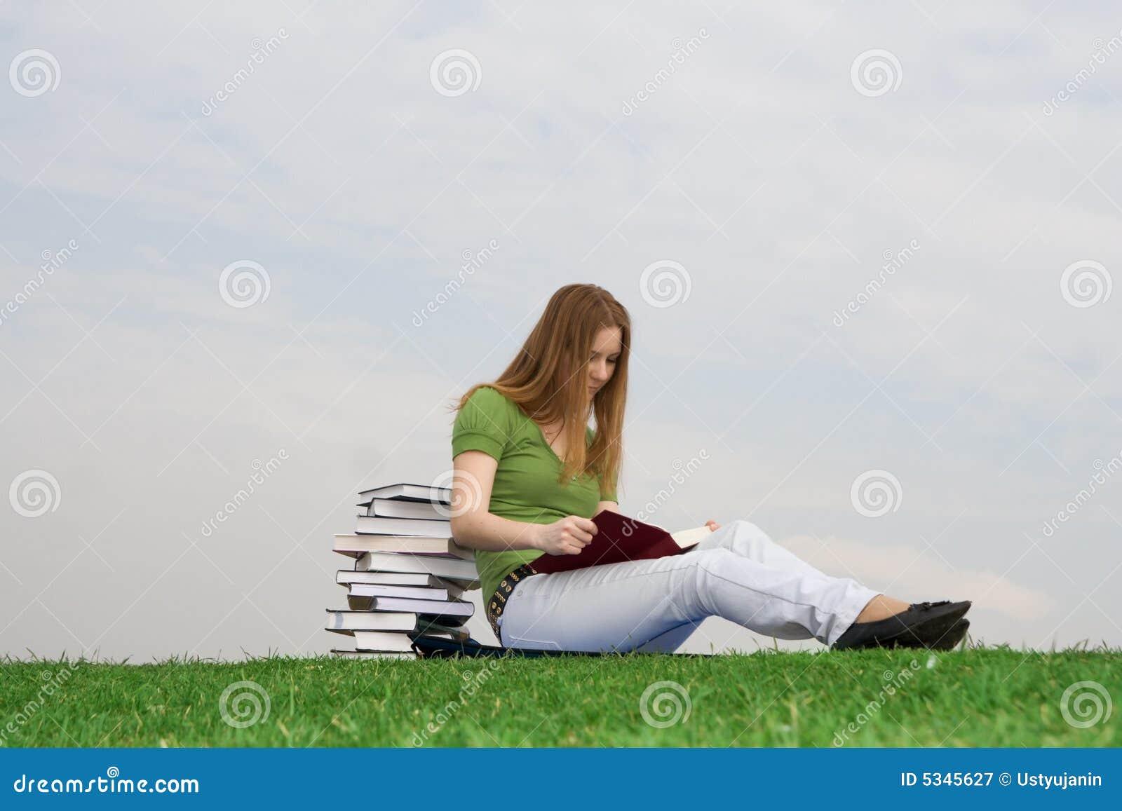 El estudiante joven con el libro