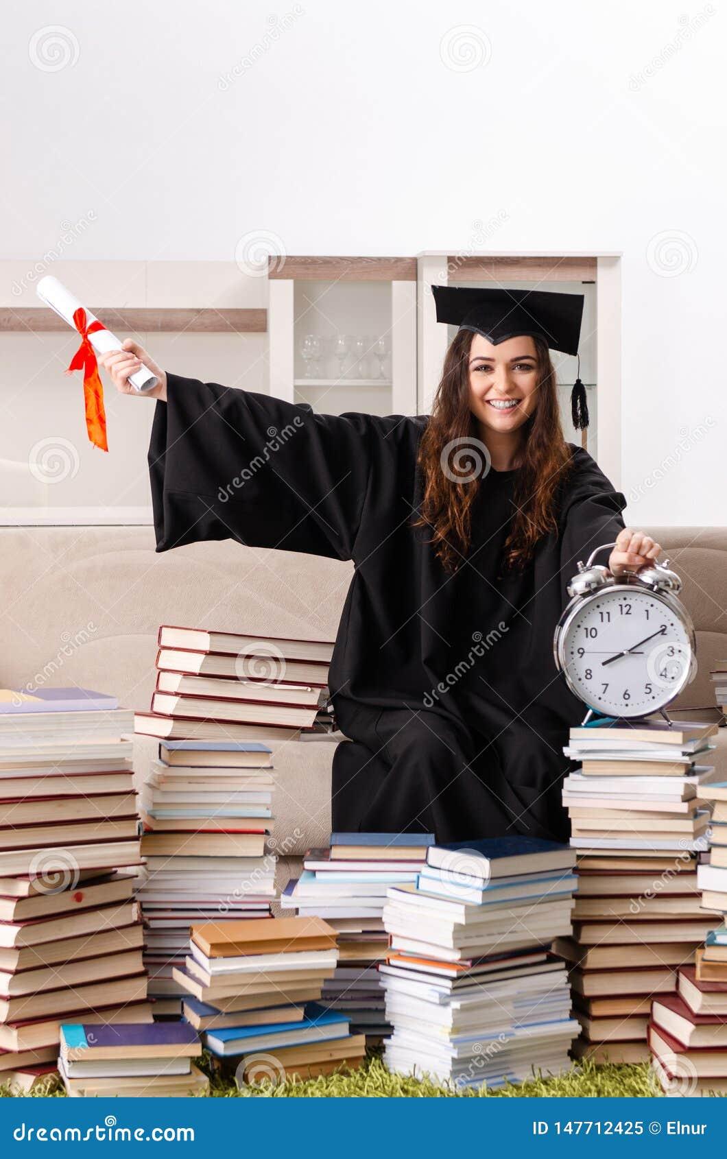 El estudiante joven que grad?a de la universidad