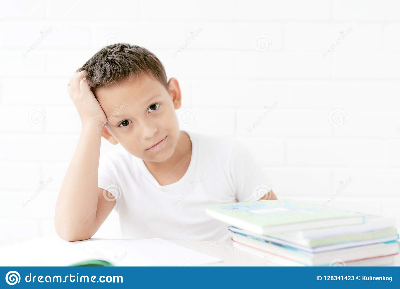 El estudiante se está sentando en la tabla y aprende lecciones