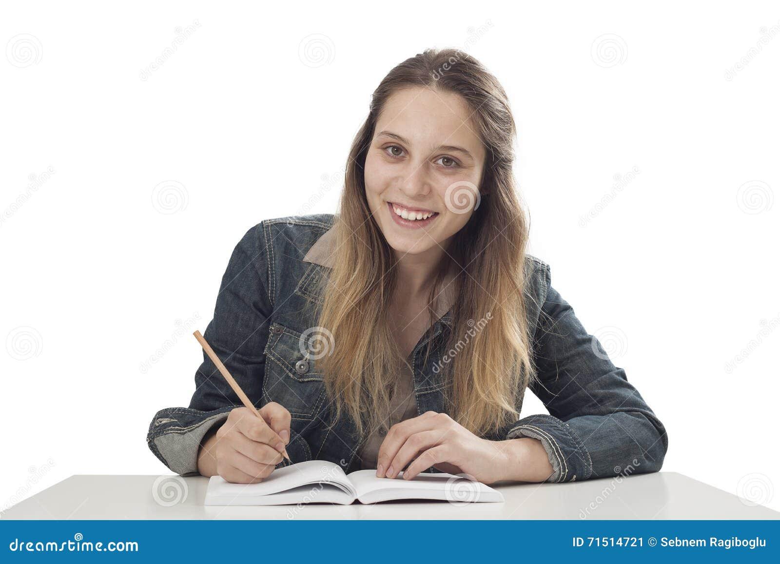 El estudiar de la chica joven del estudiante
