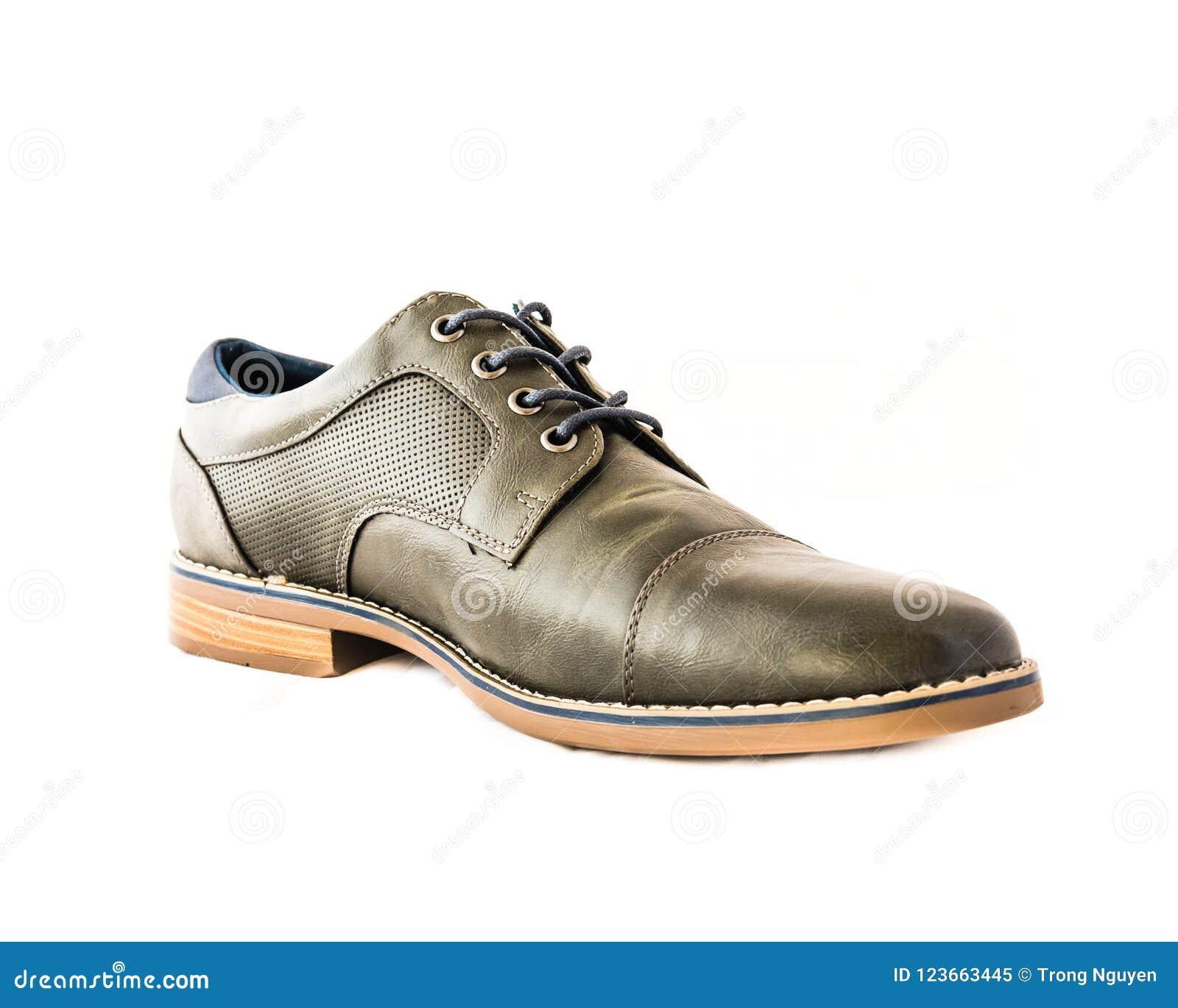 9d0ff923cc El estudio tiró el aislante gris de los zapatos de vestir de los hombres en  el fondo blanco Código de vestimenta formal para el hombre
