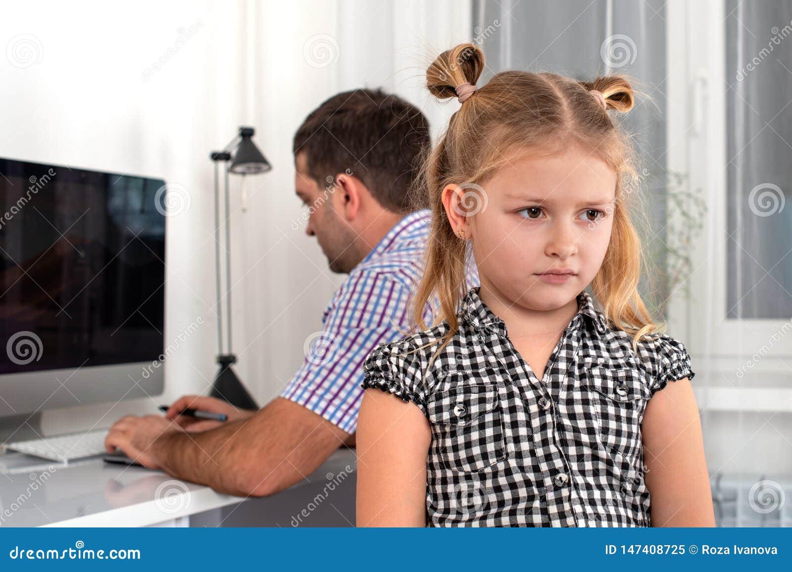 El estudio tir? de una ni?a y de su padre La hija toma ofensa en su padre, porque ?l da su poca hora para los juegos