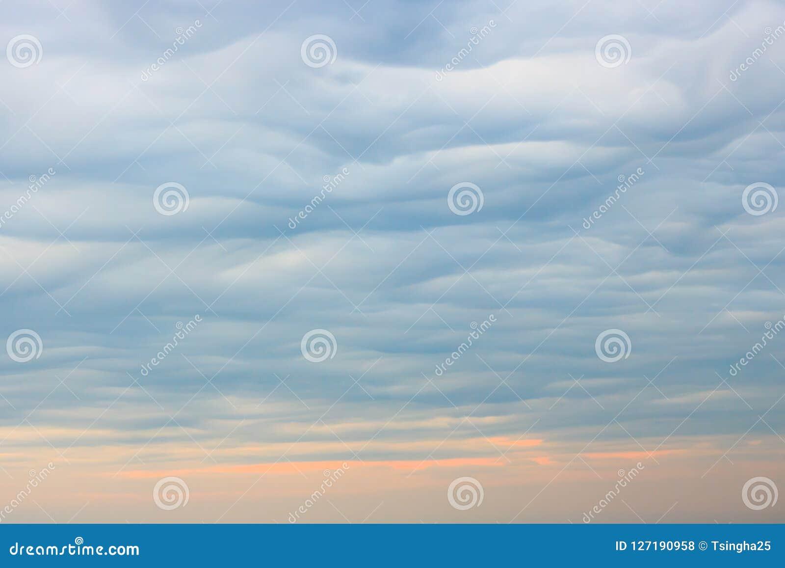 El extracto se nubla el fondo del cielo