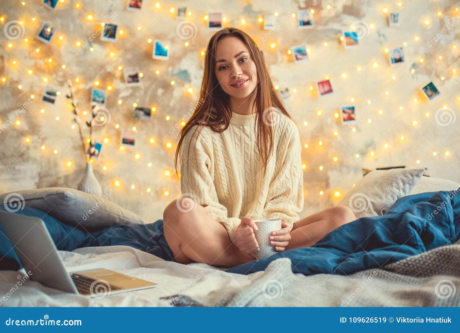 El fin de semana de la mujer joven en casa adornó el chocolate de consumición que se sentaba del dormitorio