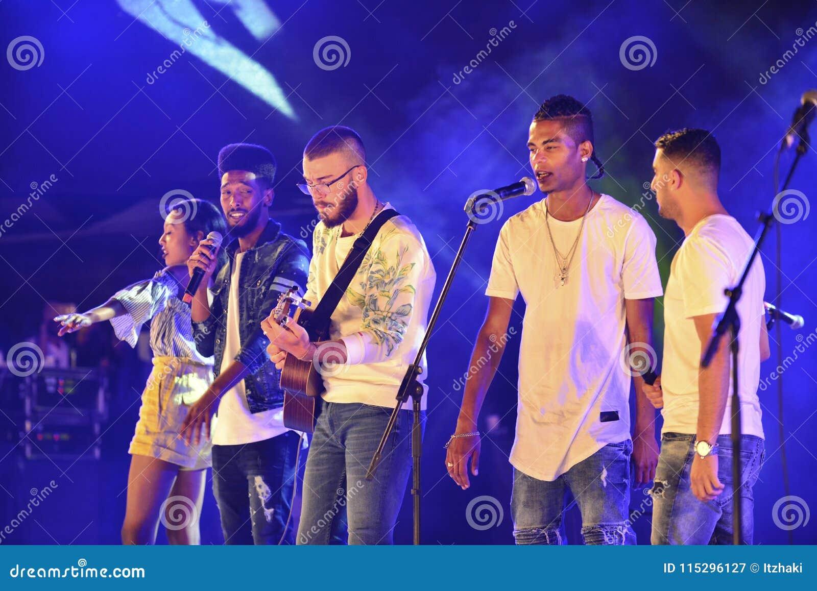 El finalista del factor 2017 de la show televisivo X que preforma en el Día de la Independencia de Israel 70