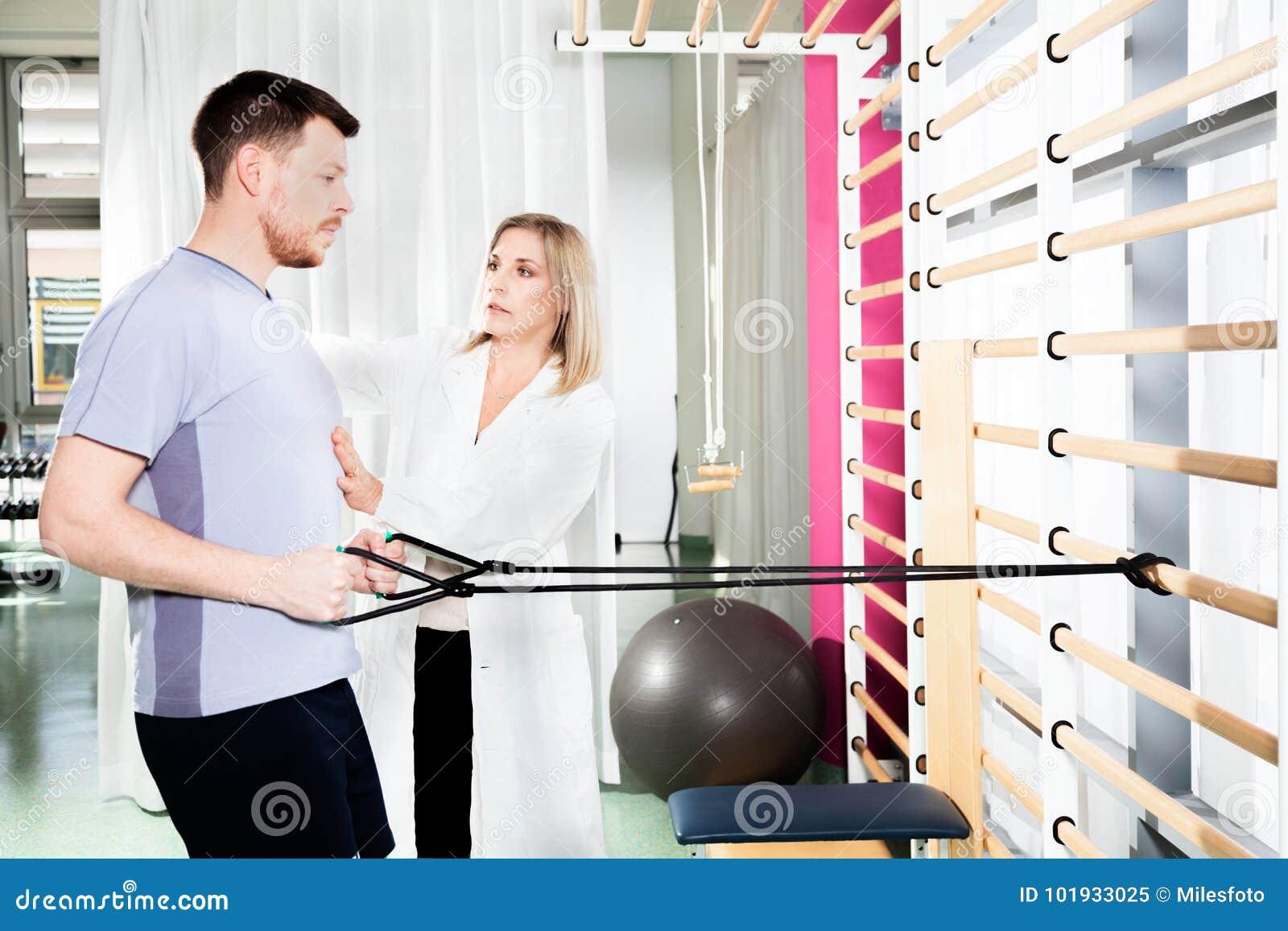 El fisioterapeuta ayuda a un paciente a restaurar el movimiento