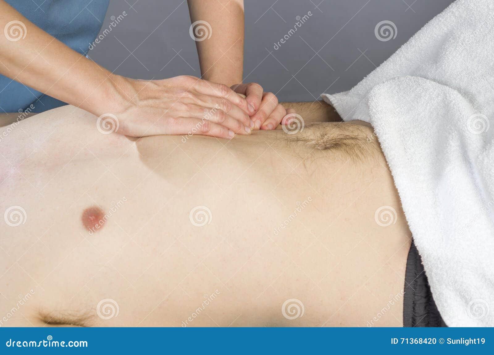 El fisioterapeuta está haciendo una activación del diafragma Masaje