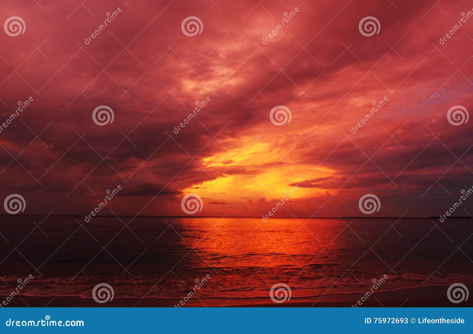El fondo abstracto colorea el fuego en la puesta del sol del verano del cielo sobre el mar