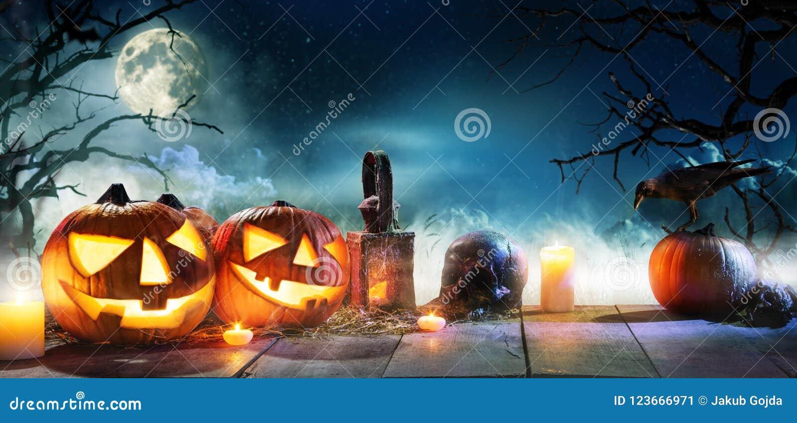 El fondo asustadizo del horror con las calabazas de Halloween levanta la linterna de o