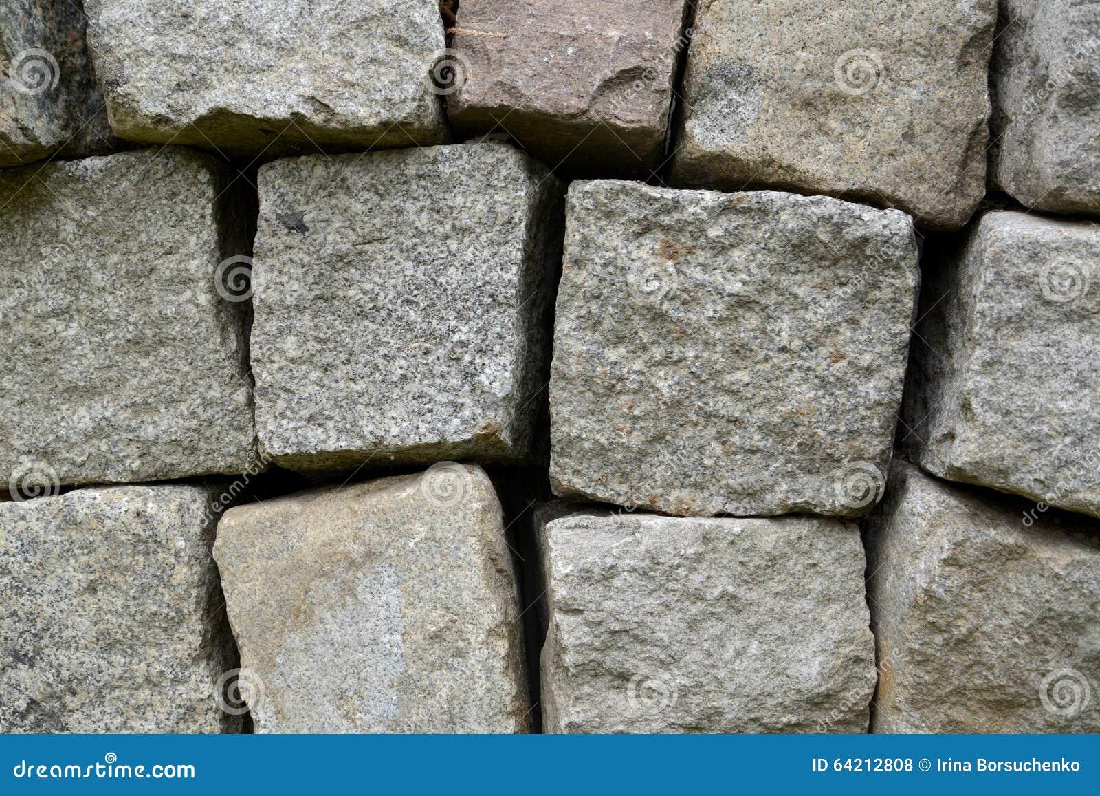 El fondo de los bloques de la piedra del granito añadió en una pila