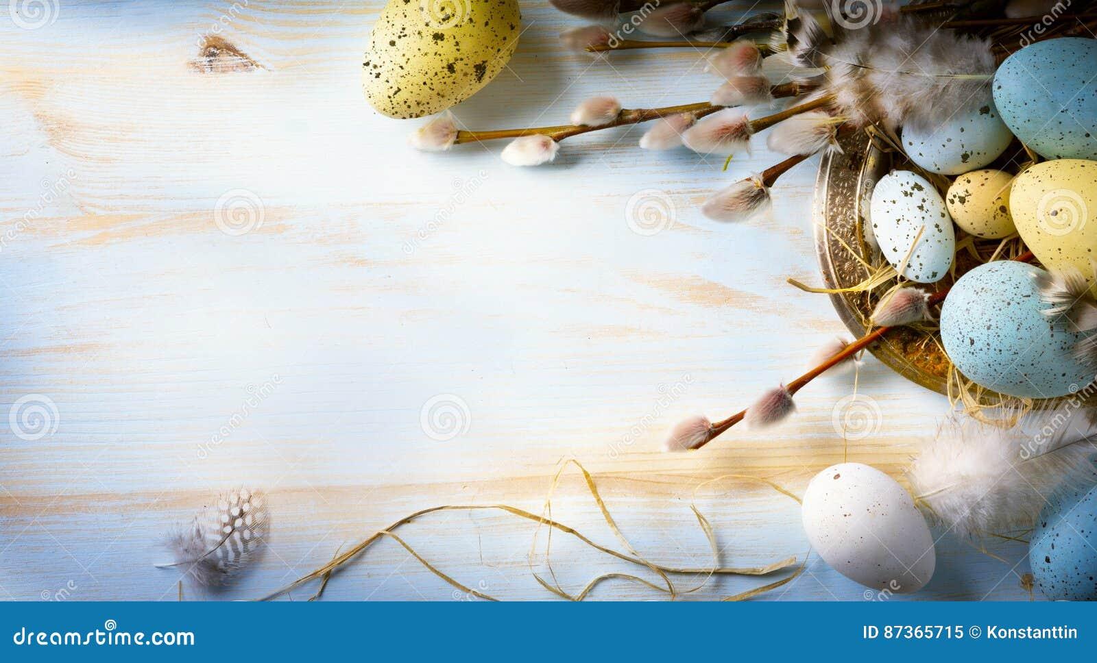 El fondo de pascua con los huevos y la primavera de Pascua florece Visión superior