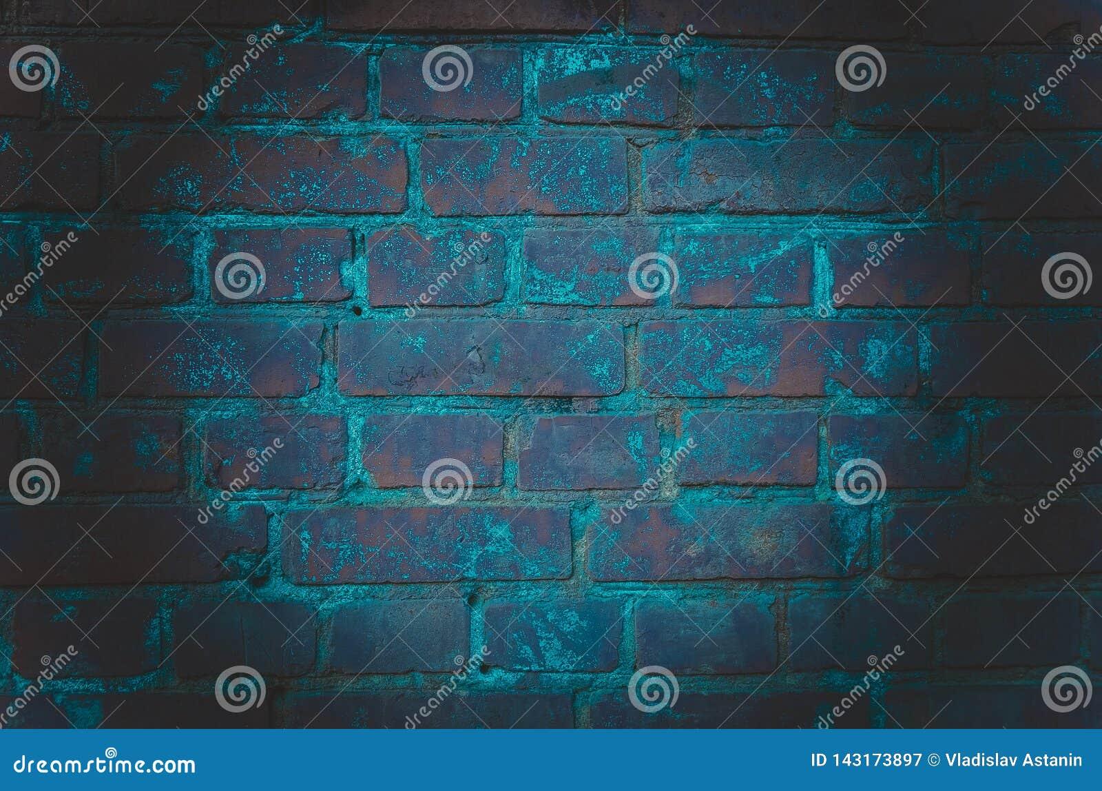 El fondo de un cuarto vacío con las paredes de ladrillo y las baldosas concretas Luz de neón, proyector