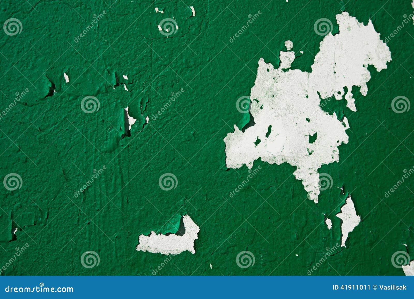 El fondo del primer peló la pintura de color verde oscuro en la pared