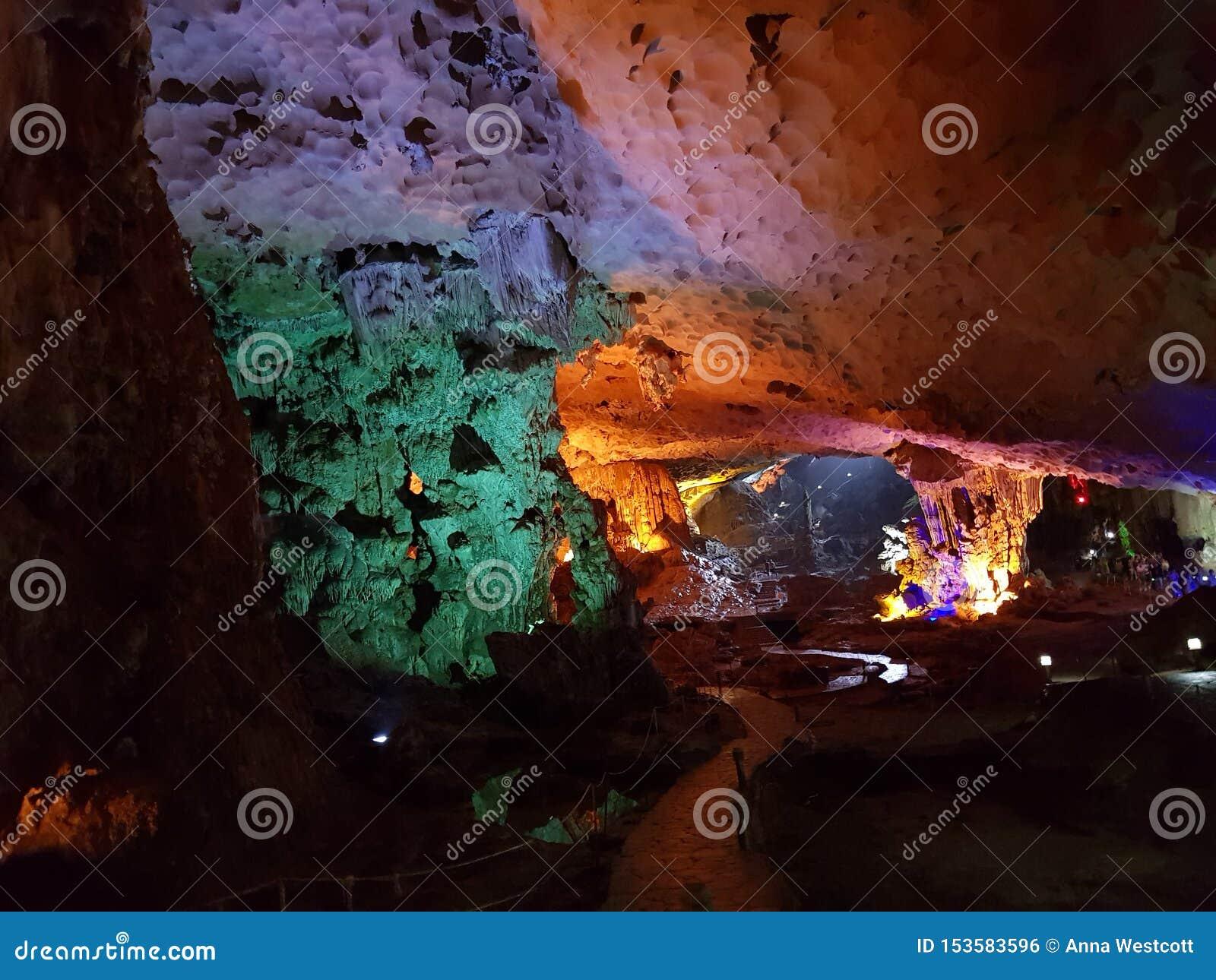 El formationsLimestone de la cueva oscila la bahía Vietnam de Halong