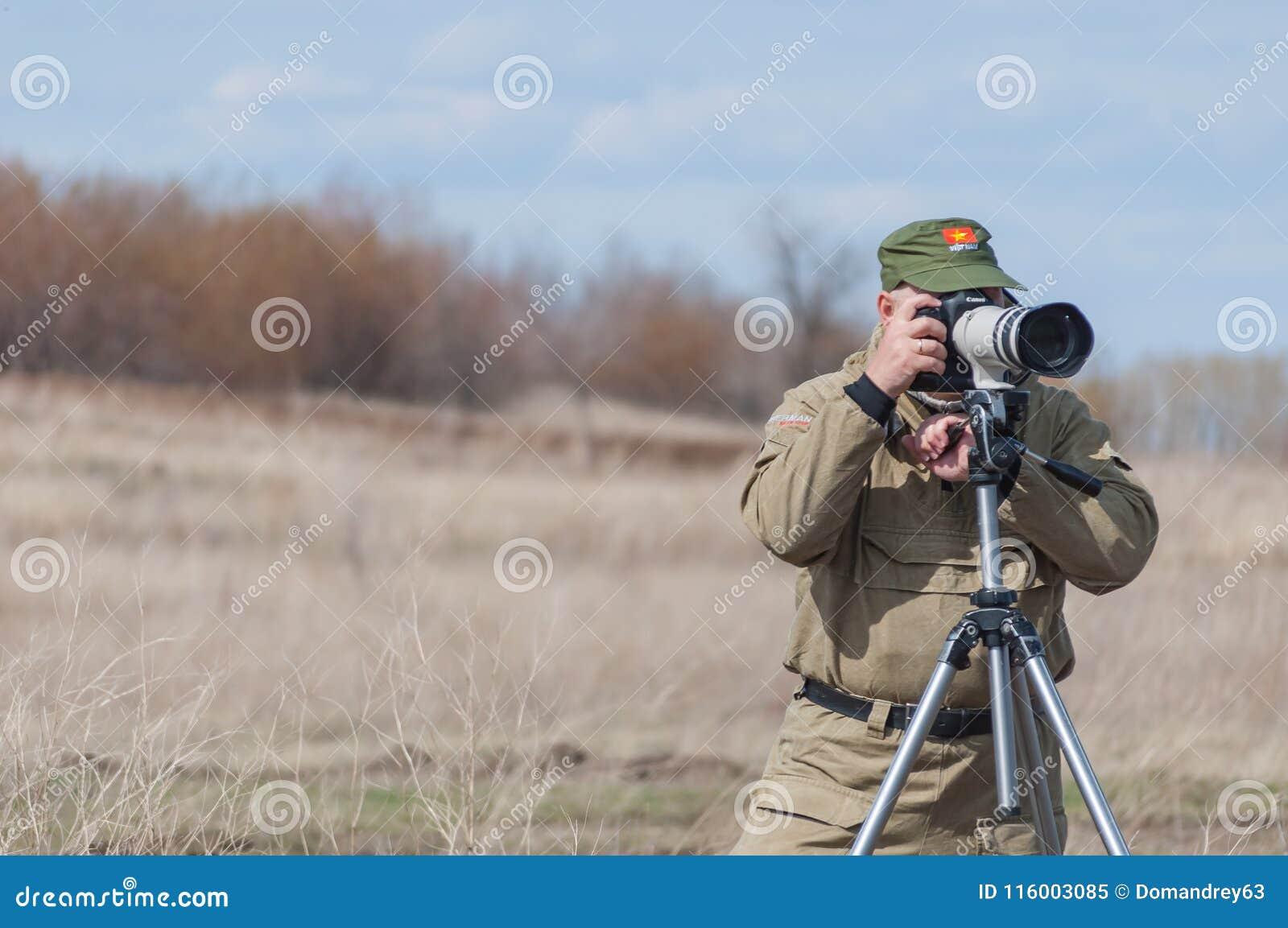 El fotógrafo está trabajando en tirar un informe sobre la Segunda Guerra Mundial