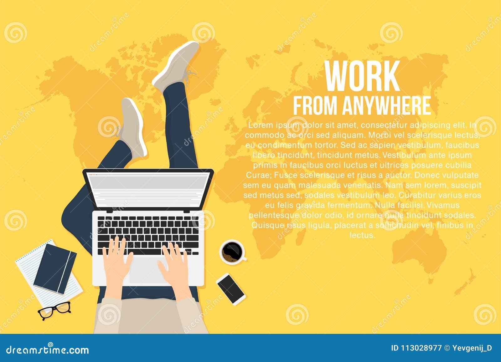 El Freelancer está trabajando en casa con el ordenador portátil, visión superior Concepto de funcionamiento remoto y de trabajo d