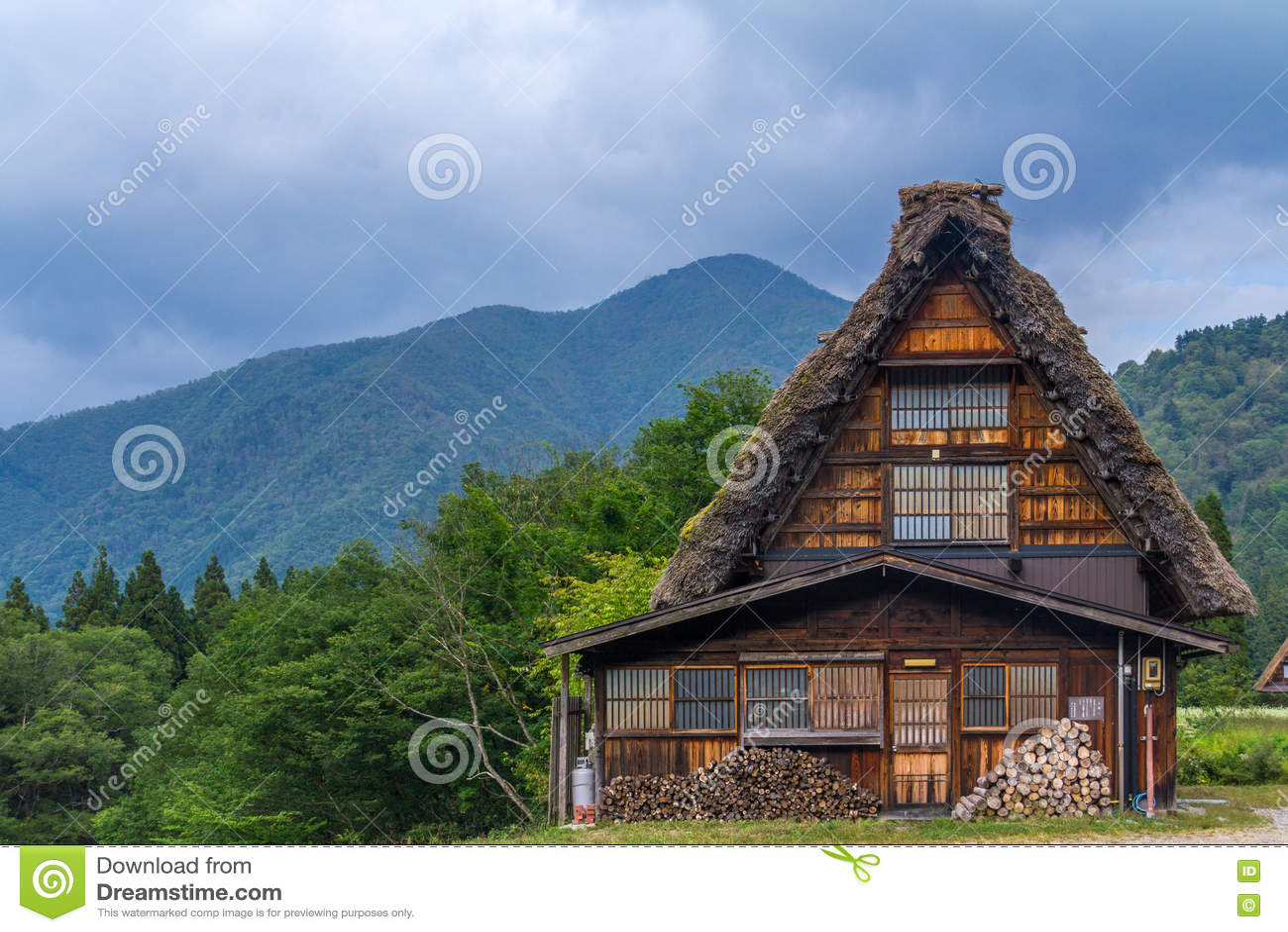 El frente de la casa de la granja del zukuri del gassho, Shirakawa va, Japón