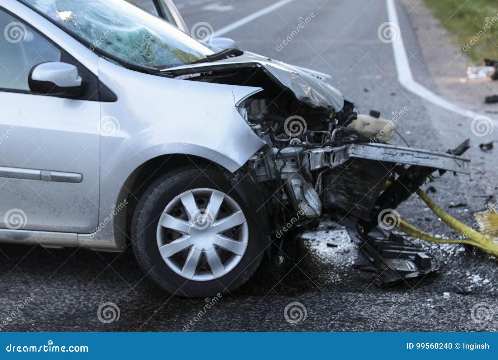 El frente de un coche consigue dañado por accidente del desplome