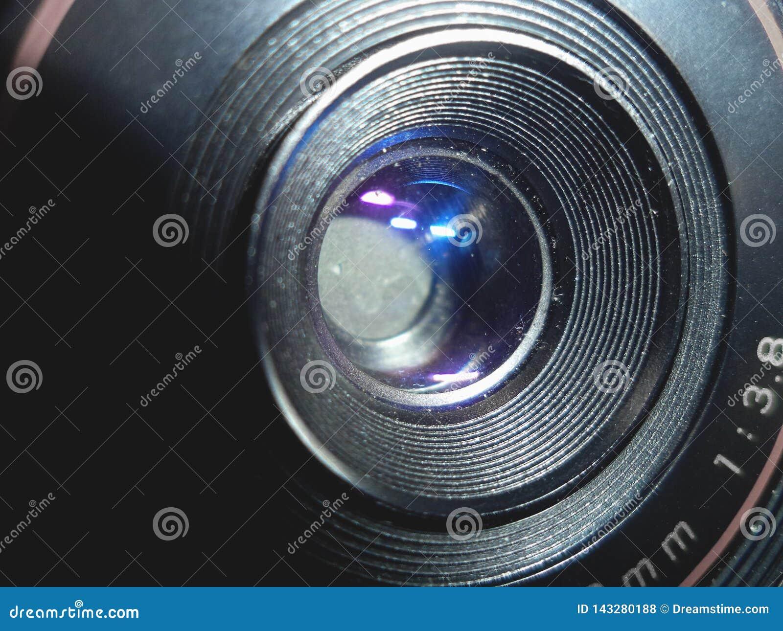 El frente de una lente de cámara vieja