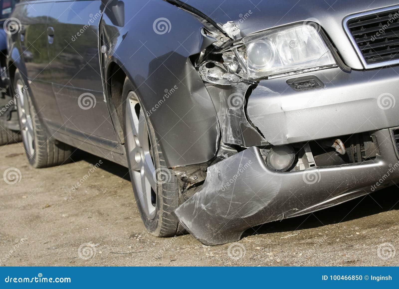 El frente del coche de plata consigue dañado por desplome