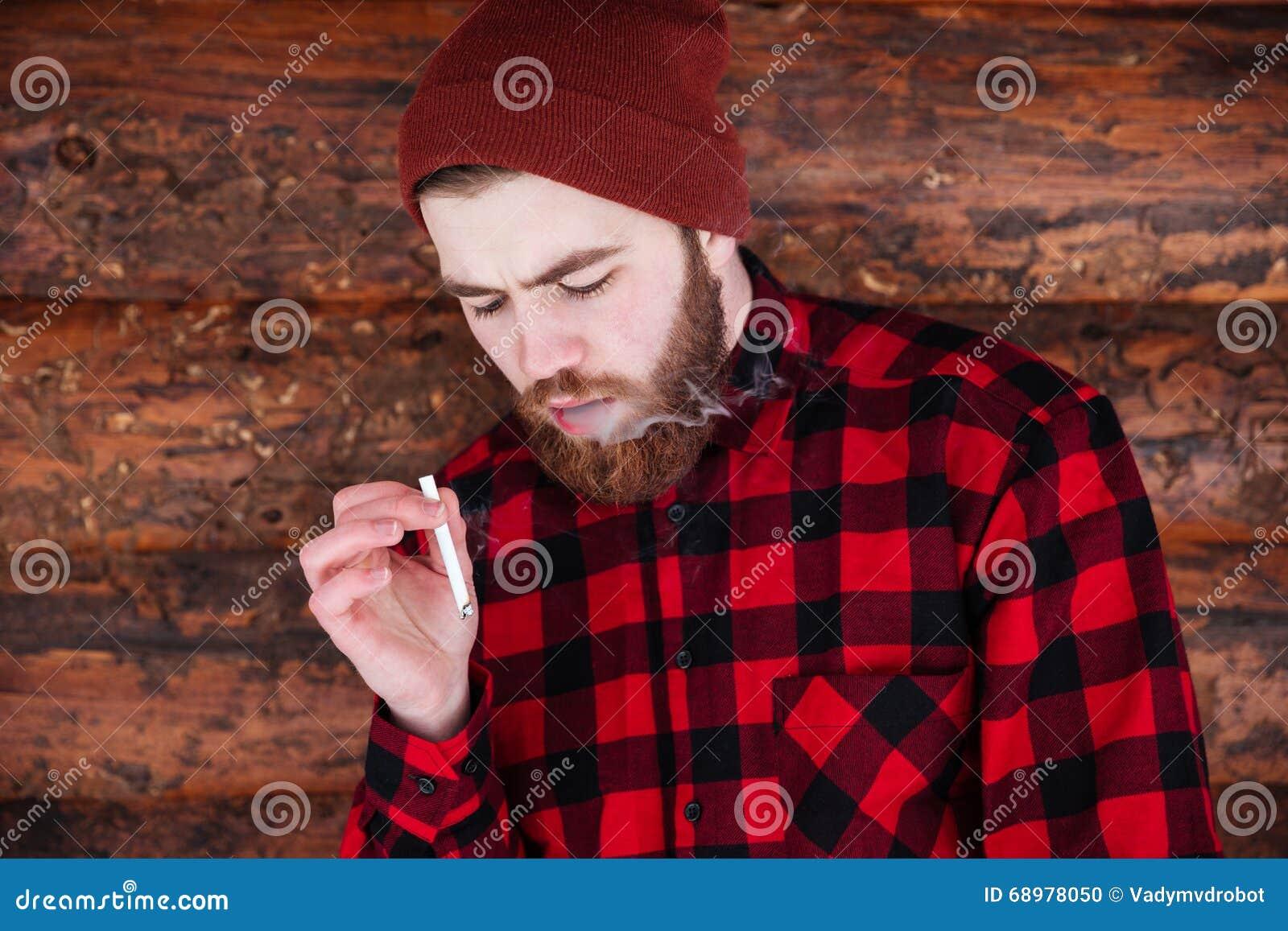 El fumar del inconformista del hombre