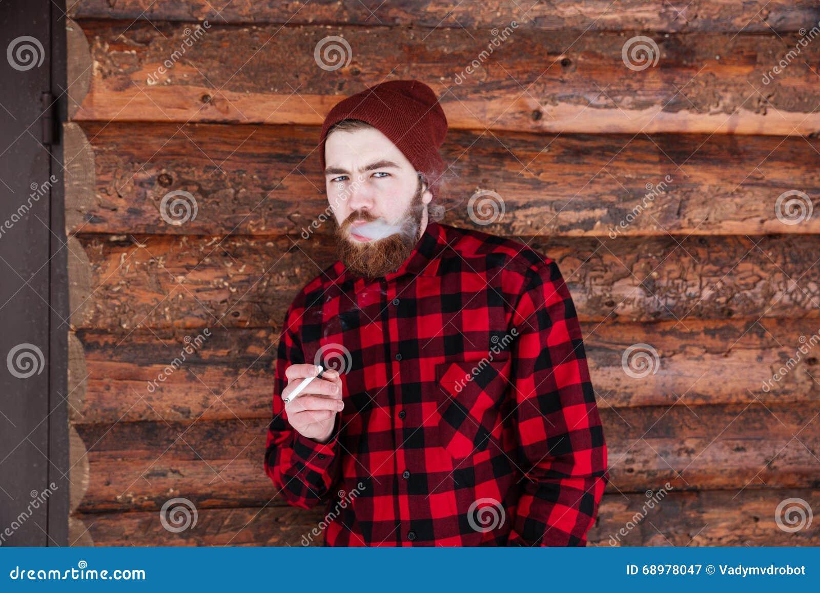 El fumar hermoso del hombre