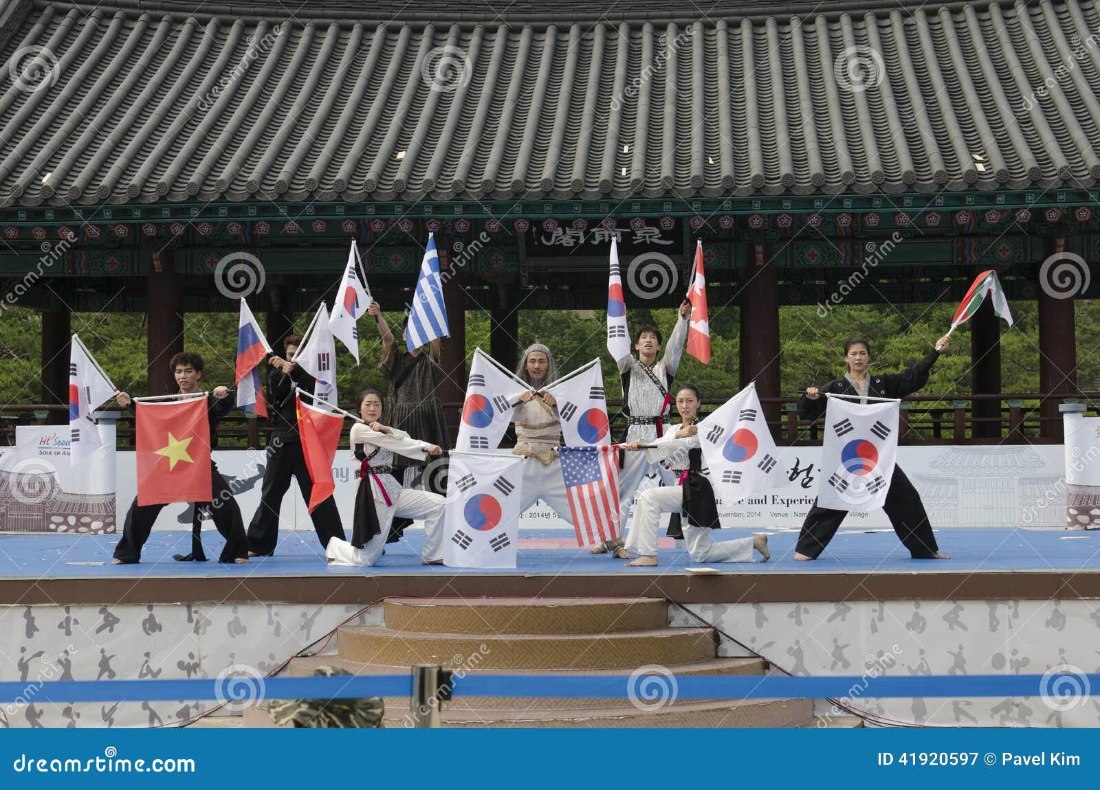 El funcionamiento del arte marcial y el evento coreanos tradicionales de la experiencia muestran