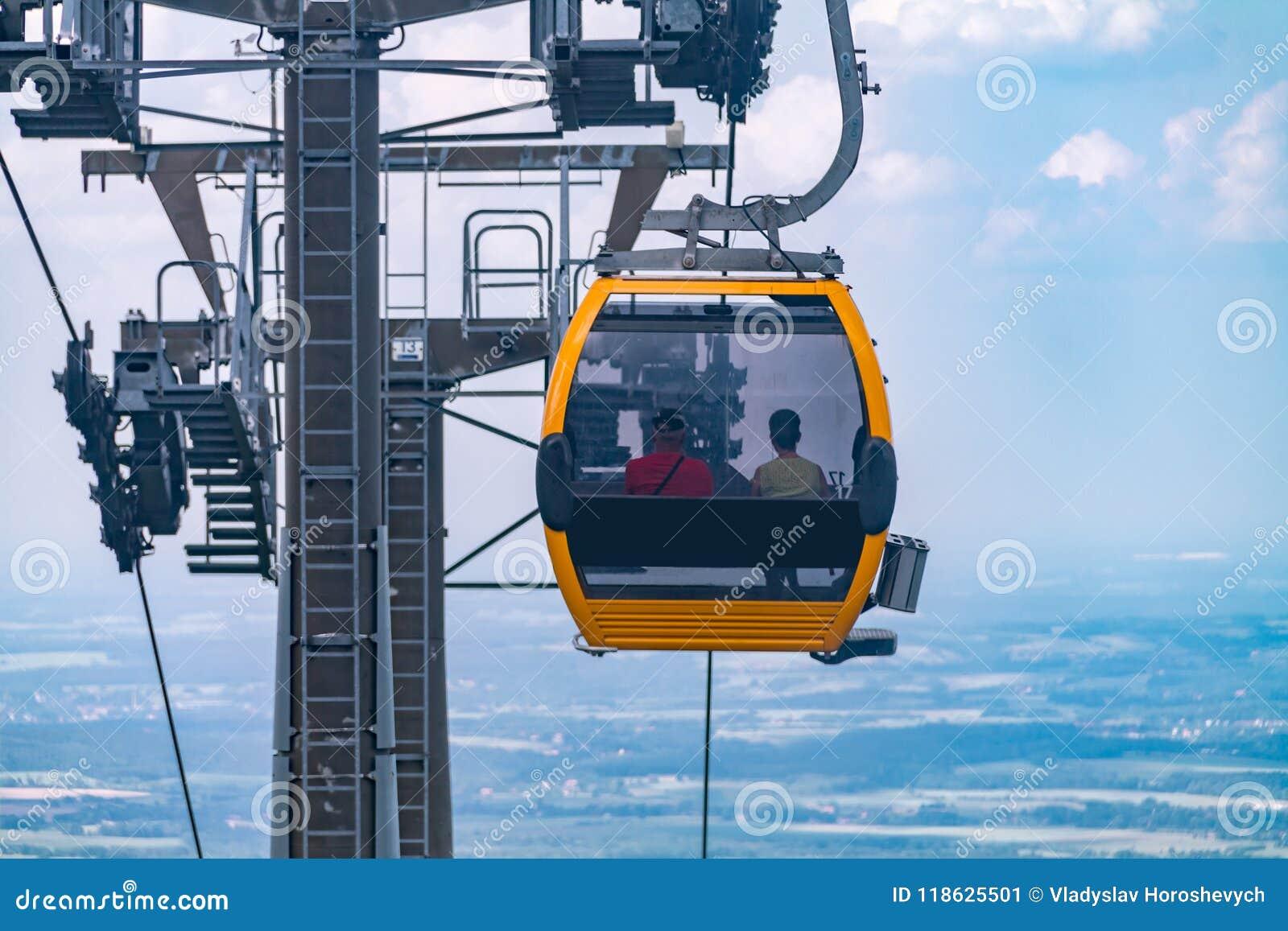 El funicular desciende al pie de la montaña en las montañas polacas, el funicular enfrente del cielo azul en las montañas,