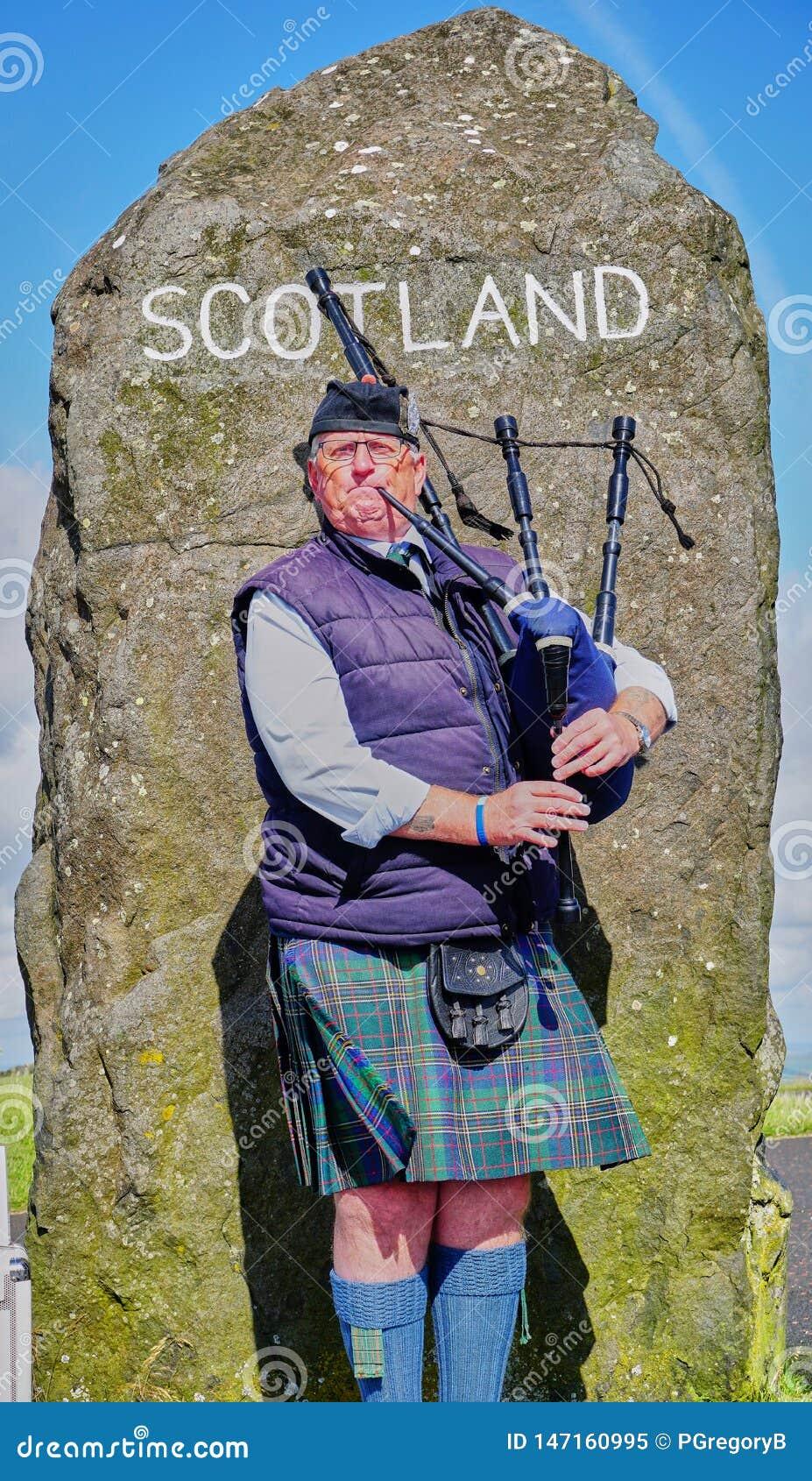 El gaitero escocés acoge con satisfacción a visitantes a Escocia en la frontera