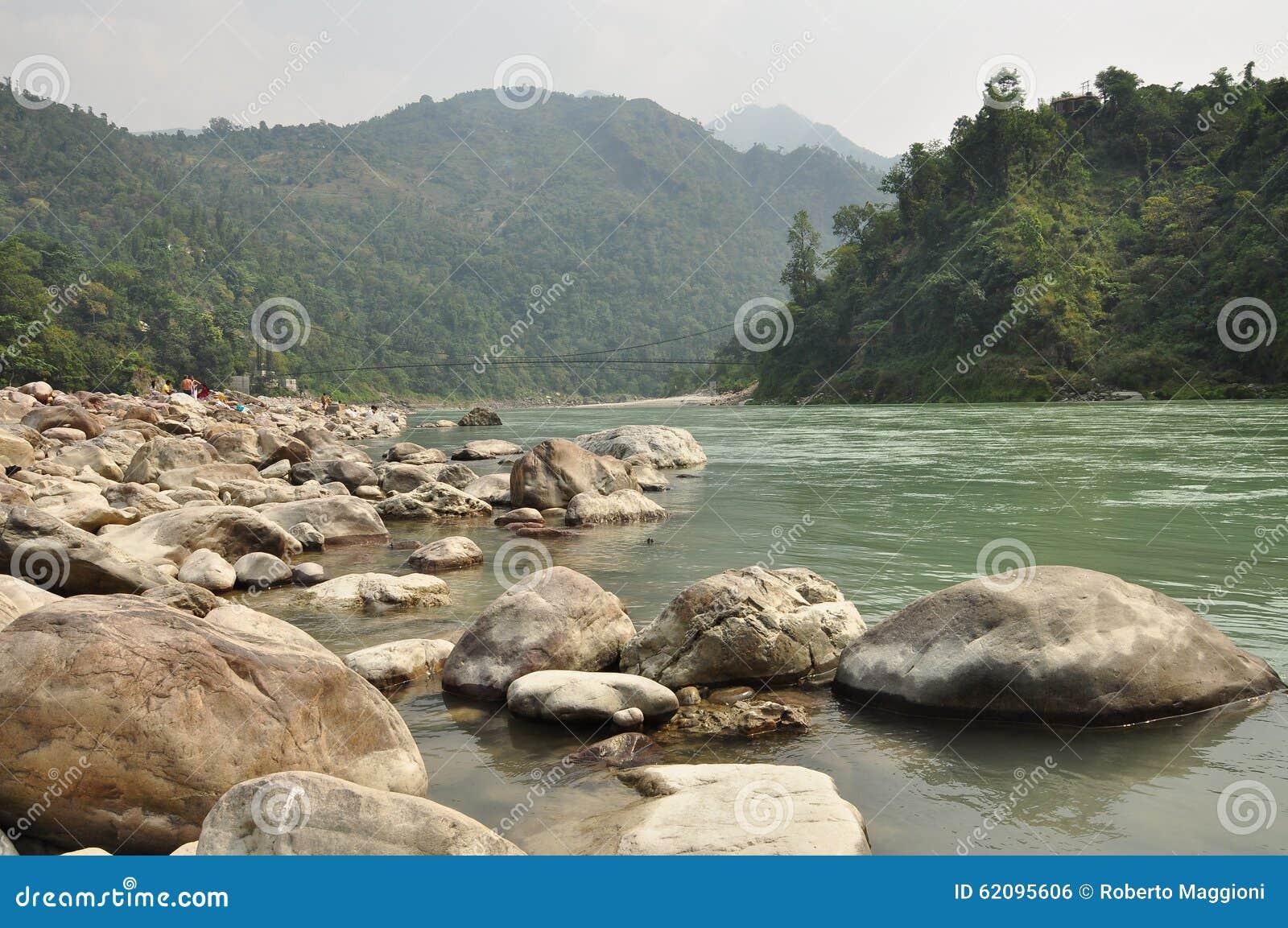 El Ganges, río sagrado del indio cerca de Rishikesh, la India