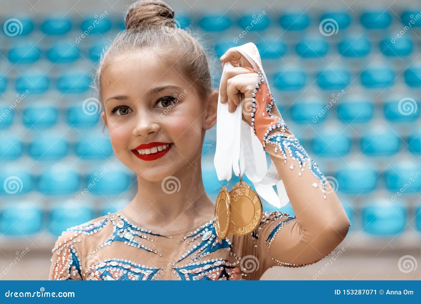El gimnasta feliz recibió una medalla de oro