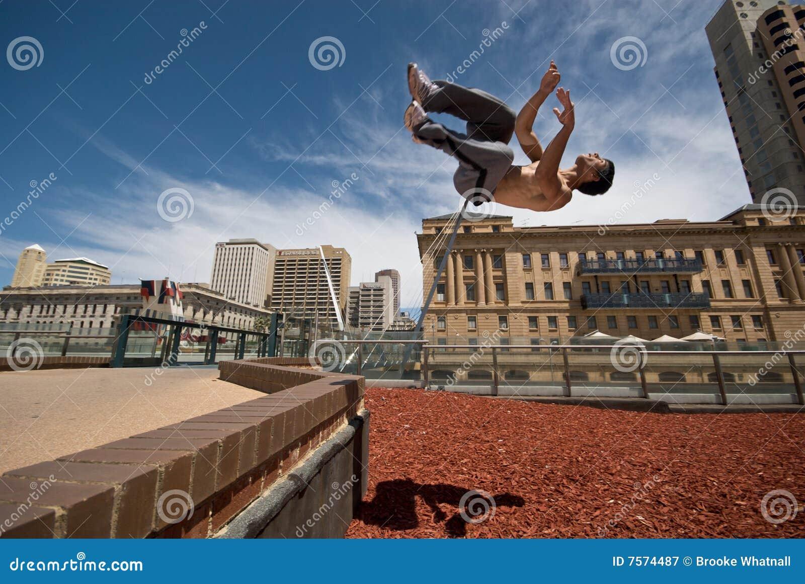 El gimnasta mueve de un tirón de la pared