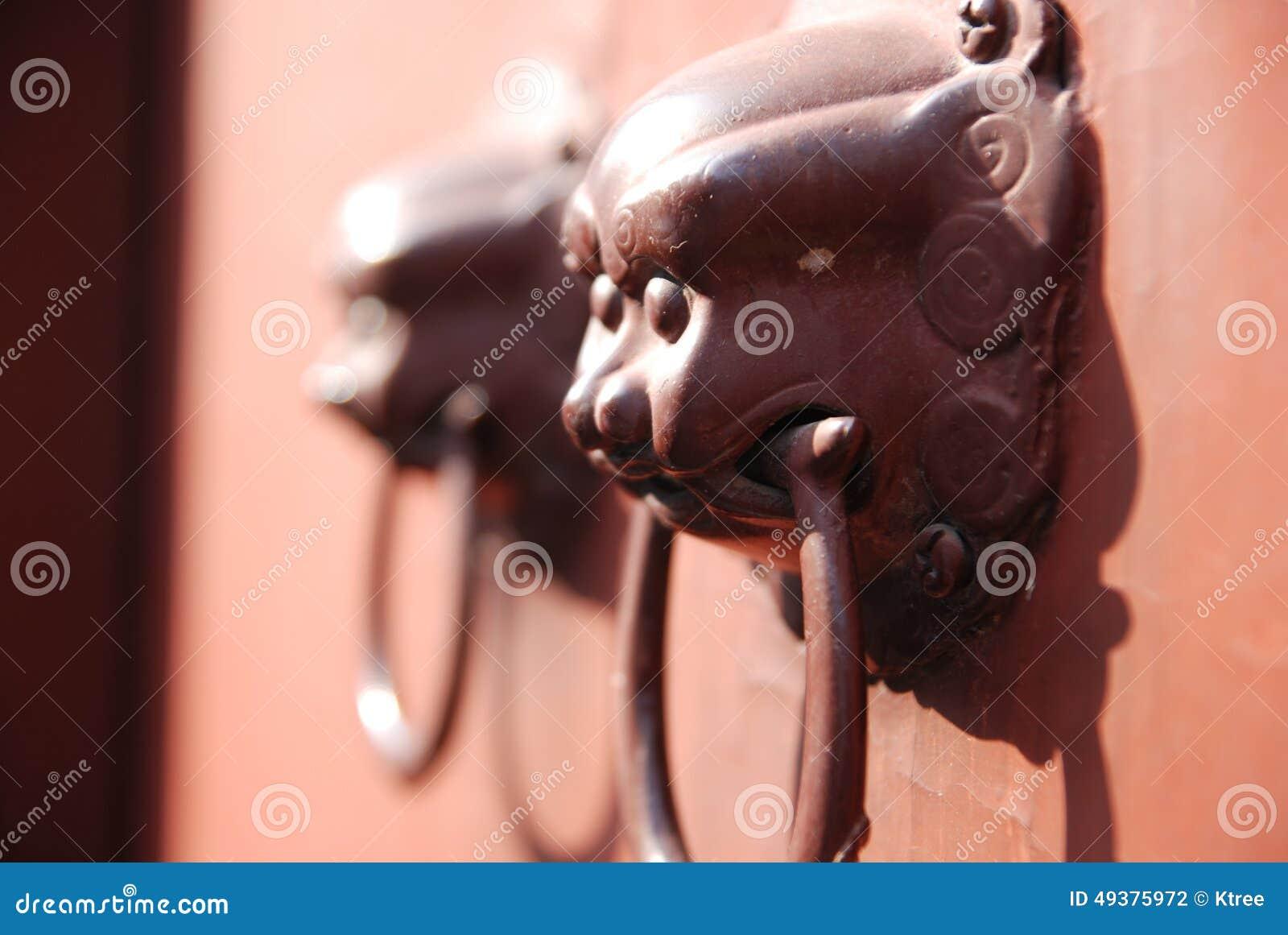 El golpeador de puerta chino del protector del león encontró en China