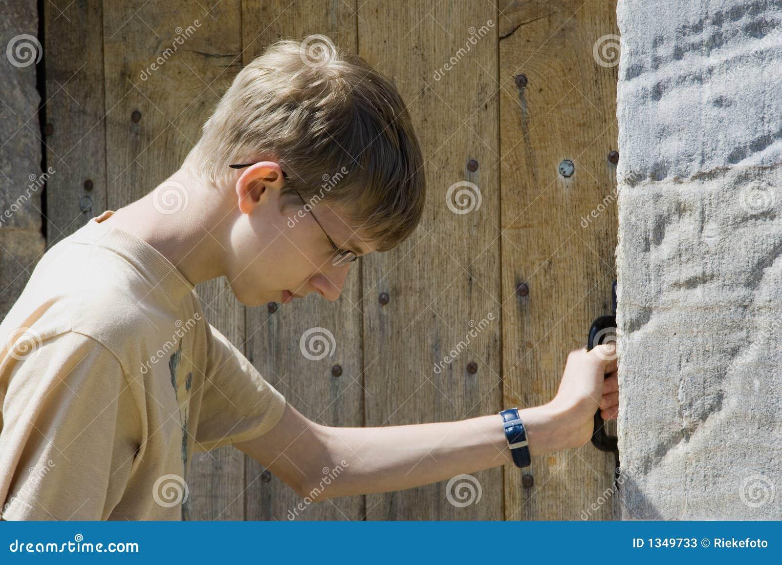 El golpear adolescente en una puerta vieja imagen de for Como barnizar una puerta vieja