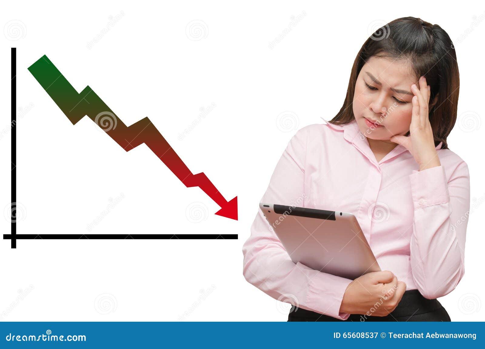 El gráfico aislado continúa yendo abajo y la mujer de negocios ve la tabla