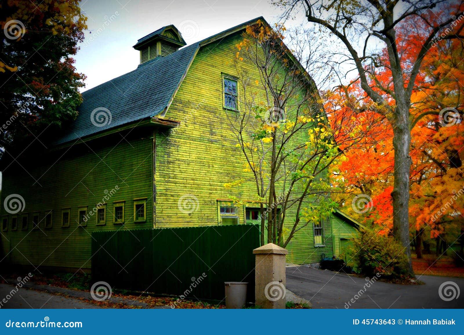 El granero verde con caída colorea el frente