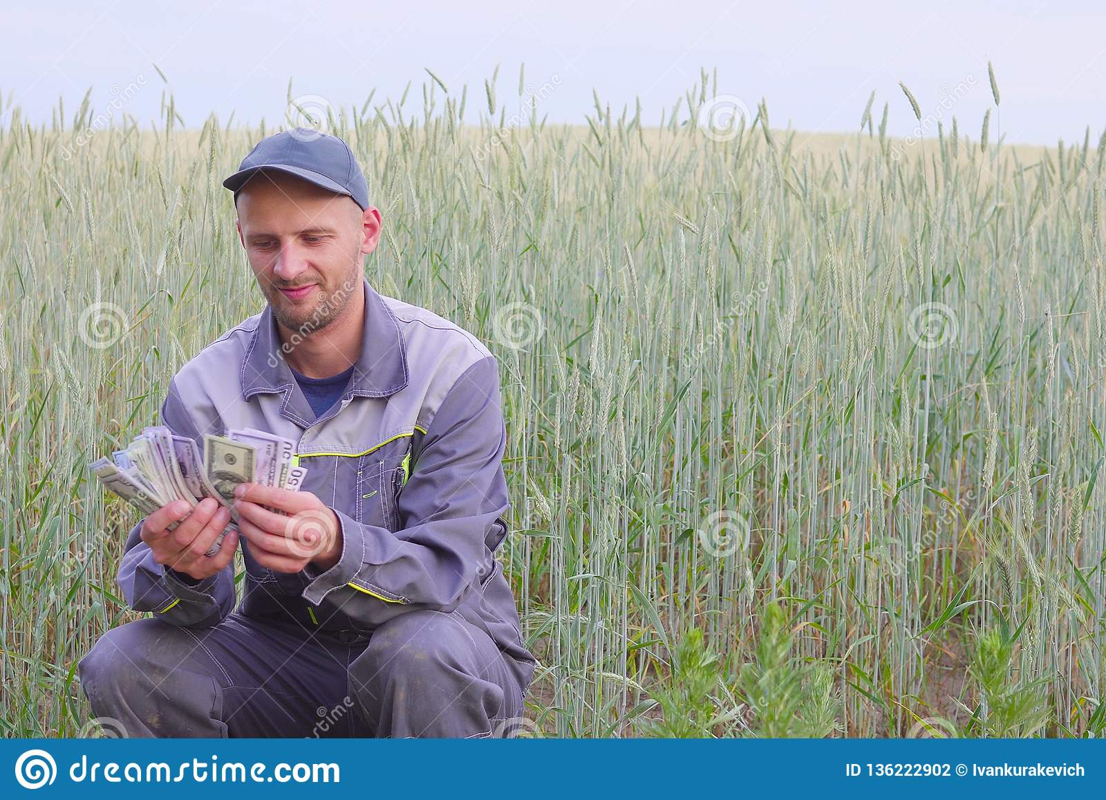El granjero joven tiene mucho dinero El concepto de éxito del negocio en agricultura
